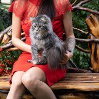 Kalinka sur un banc en extérieur avec sa maitresse